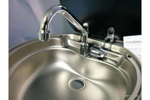 Évier  avec verre protecteur et robinet
